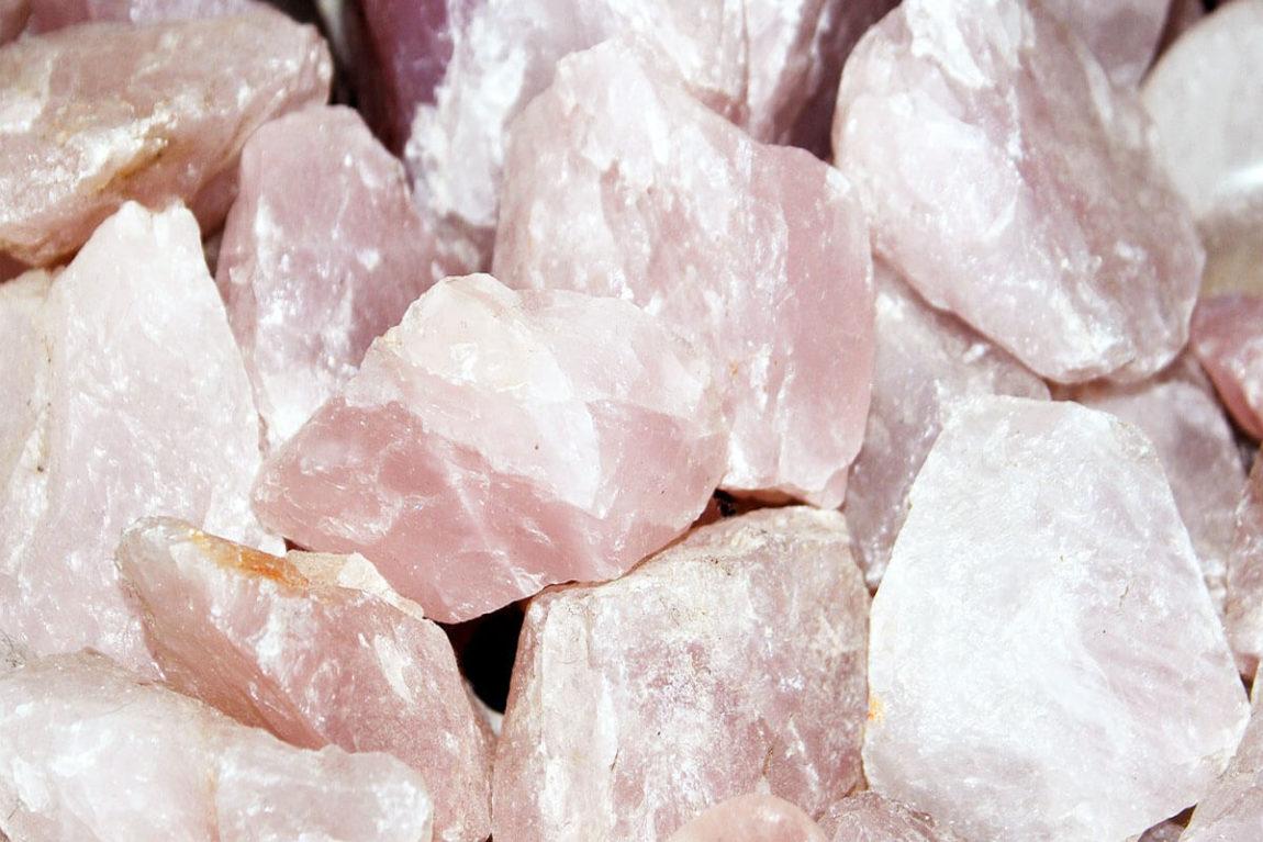 Quarzo rosa: proprietà in cristalloterapia e benefici